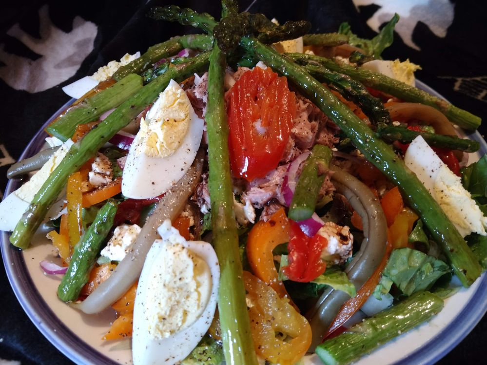 Tuna salad w/roasted asparagus, pickled beans, hot peppers, feta, boiled egg, red onion on romaine lettuce.